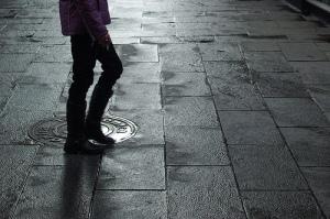 Caminando sólo por la ciudad, reconociendo la textura del entorno con los pies.