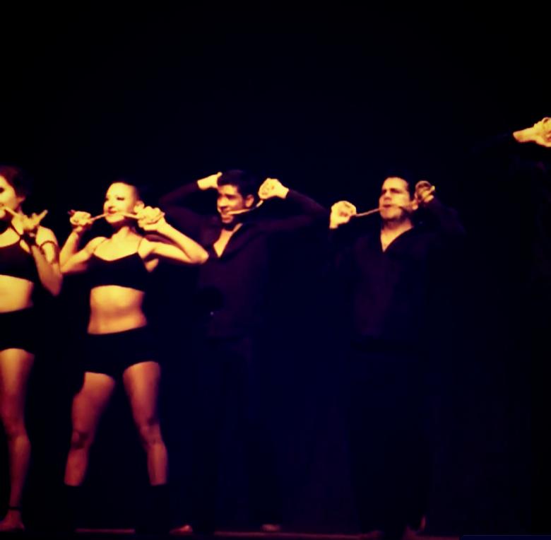 Número final del show Precipicio con el grupo Pro-Impulso dirigido por Luis Medina.