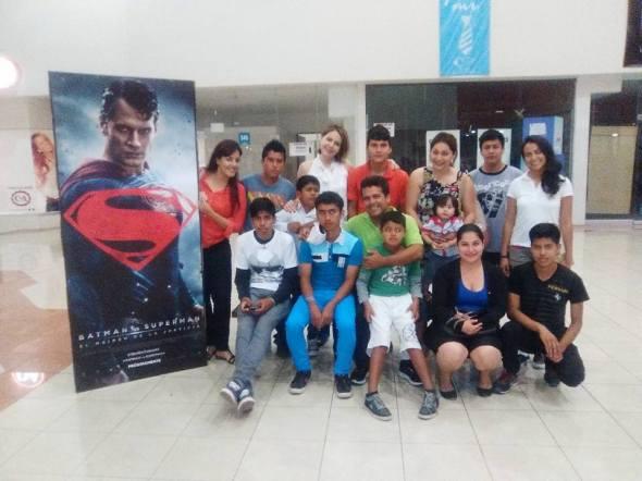 Afuera de Cinemex con los niños de la casa hogar Vida Nueva