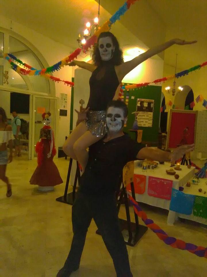 Israel Andalón y Sujel Espinoza en el festival de Día de Muertos 2017 en Centro Cultural Biblioteca Los Mangos, Puerto Vallarta.