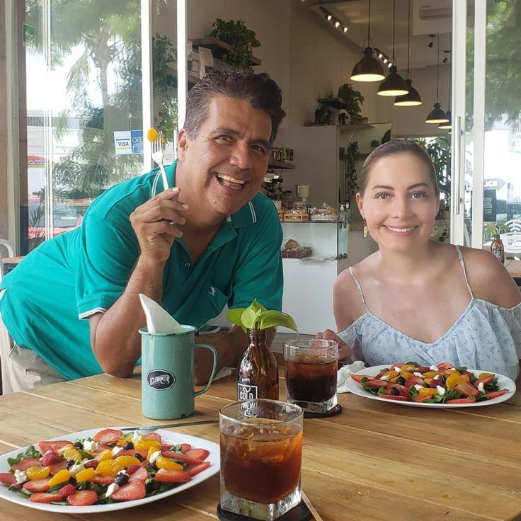 Fabiola and Israel at Elforoteo Café: